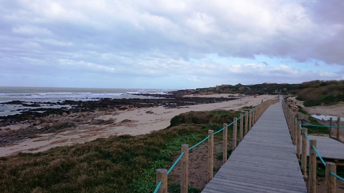 Am Meer entlang auf dem Anfang des Camino Portugues